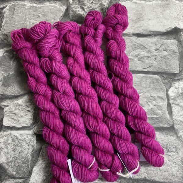 Ein Strang handgefärbte Wolle mit dem Namen Ruby  –  Mini  –  Classic von Wolldackel