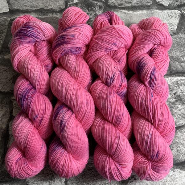 Ein Strang handgefärbte Wolle mit dem Namen Impressive Princess  –  Classic von Wolldackel