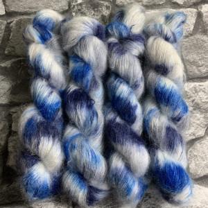 Ein Strang handgefärbte Wolle mit dem Namen Blue Stone Carpet  –  Mohair von Wolldackel