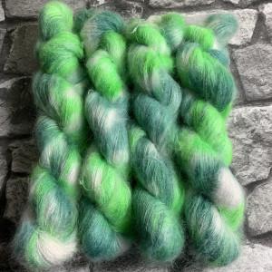 Ein Strang handgefärbte Wolle mit dem Namen Shamrock  –  Mohair von Wolldackel