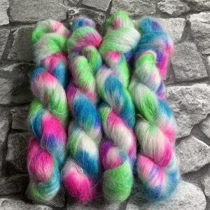 Ein Strang handgefärbte Wolle mit dem Namen Neon Traffic  –  Mohair von Wolldackel