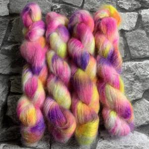 Ein Strang handgefärbte Wolle mit dem Namen Marrakesh Market  –  Mohair von Wolldackel
