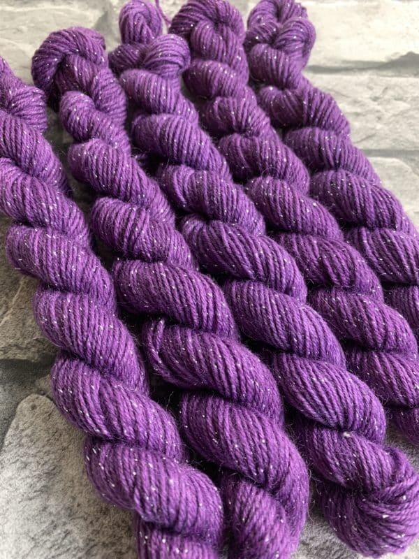 Ein Strang handgefärbte Wolle mit dem Namen Prima  –  Glamour  –  Mini von Wolldackel