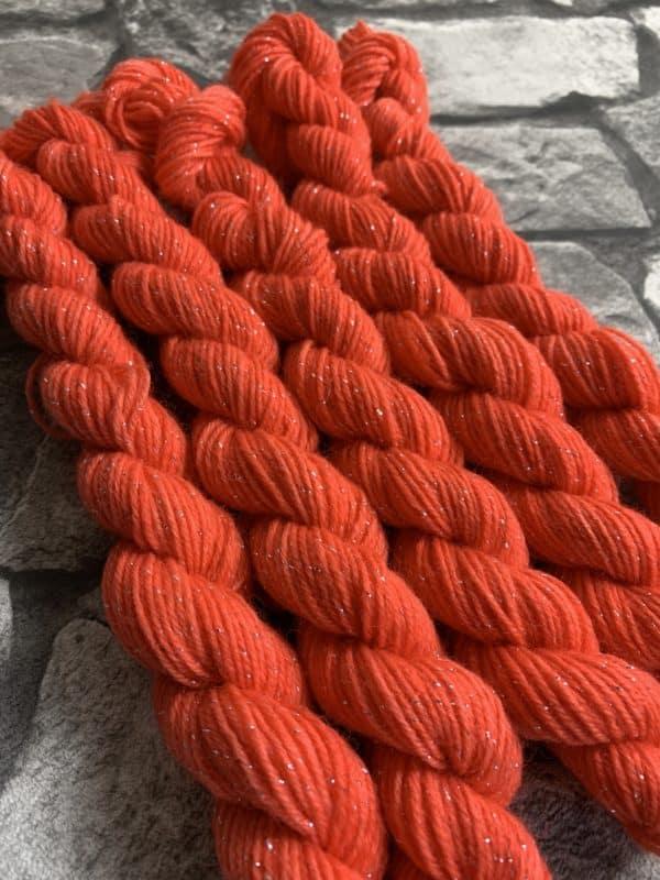 Ein Strang handgefärbte Wolle mit dem Namen Ornella  –  Glamour  –  Mini von Wolldackel