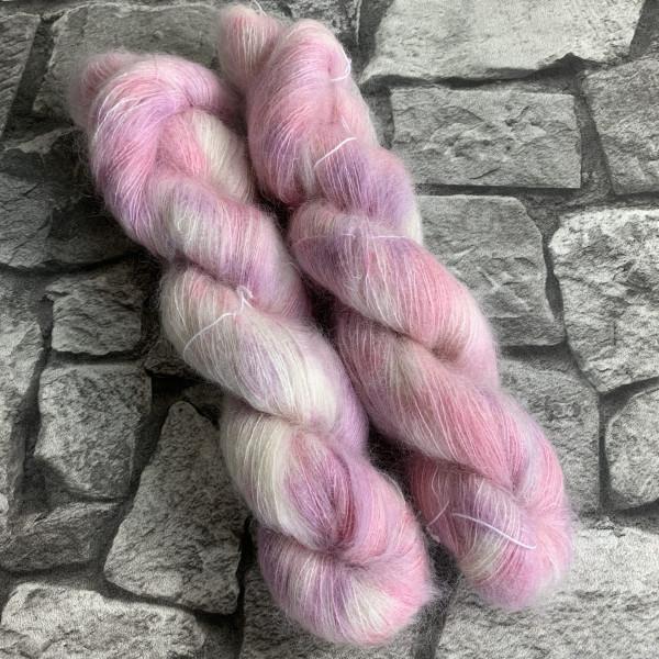 Ein Strang handgefärbte Wolle mit dem Namen Pink Powder  –  Mohair von Wolldackel