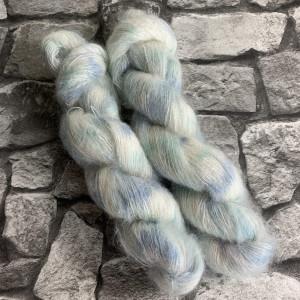 Ein Strang handgefärbte Wolle mit dem Namen Cumulus  –  Mohair von Wolldackel