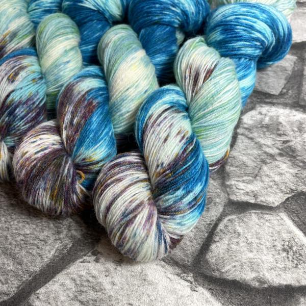 Ein Strang handgefärbte Wolle mit dem Namen Fishing for compliments  –  Classic von Wolldackel