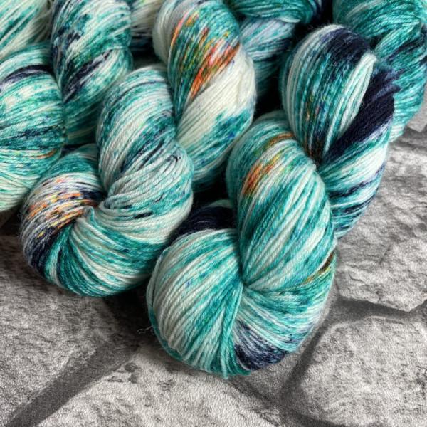 Ein Strang handgefärbte Wolle mit dem Namen Kingfisher  –  Classic von Wolldackel