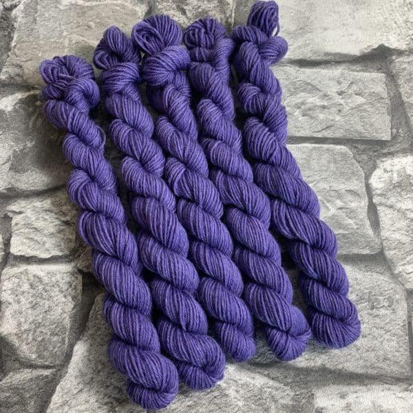 Ein Strang handgefärbte Wolle mit dem Namen Pixi –  Mini  –  Classic von Wolldackel