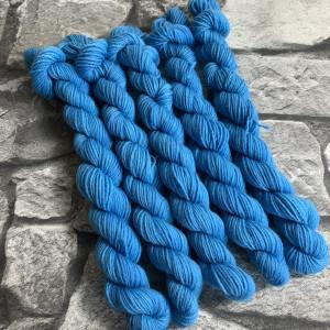 Ein Strang handgefärbte Wolle mit dem Namen Pitch-  Mini  –  Classic von Wolldackel
