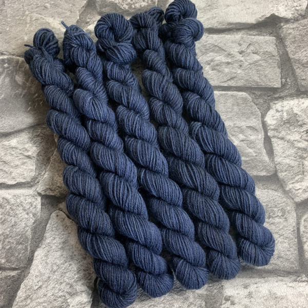 Ein Strang handgefärbte Wolle mit dem Namen Jason –  Mini  –  Classic von Wolldackel