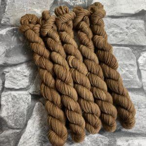 Ein Strang handgefärbte Wolle mit dem Namen Bill  –  Mini  –  Classic von Wolldackel