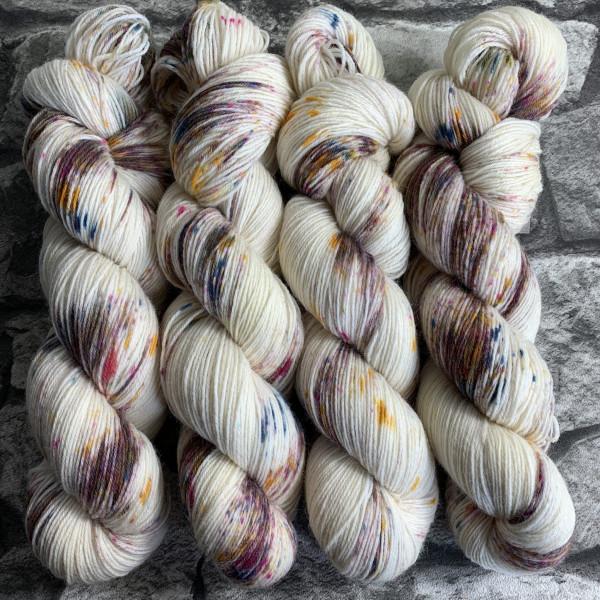 Ein Strang handgefärbte Wolle mit dem Namen Goldfinch  –  Classic von Wolldackel