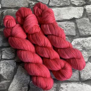 Ein Strang handgefärbte Wolle mit dem Namen Fran  –  Luxury Lace von Wolldackel
