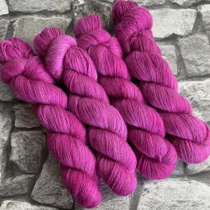 Ein Strang handgefärbte Wolle mit dem Namen Ruby  –  Luxury Lace von Wolldackel