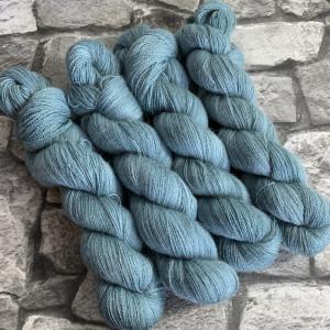 Ein Strang handgefärbte Wolle mit dem Namen Tyson  –  Luxury Lace von Wolldackel