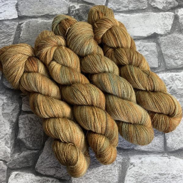 Ein Strang handgefärbte Wolle mit dem Namen Offo  –  Luxury Lace von Wolldackel
