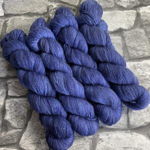 Ein Strang handgefärbte Wolle mit dem Namen Nigel  –  Luxury Lace von Wolldackel
