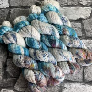 Ein Strang handgefärbte Wolle mit dem Namen Boyfriend  –  Luxury Lace von Wolldackel