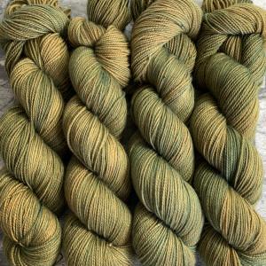 Ein Strang handgefärbte Wolle mit dem Namen Offo  –  Pure von Wolldackel