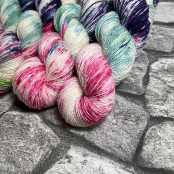 Ein Strang handgefärbte Wolle mit dem Namen Sugar Baby  –  Classic von Wolldackel