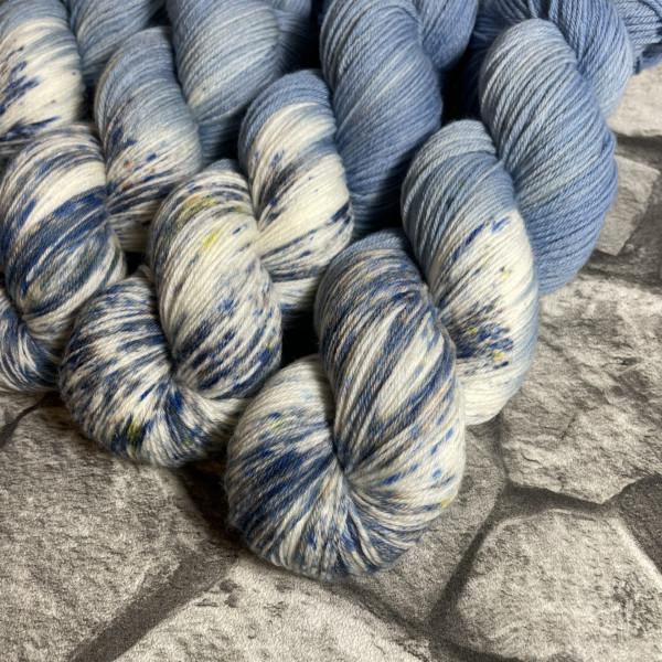 Ein Strang handgefärbte Wolle mit dem Namen Denim  –  Xtrafine von Wolldackel