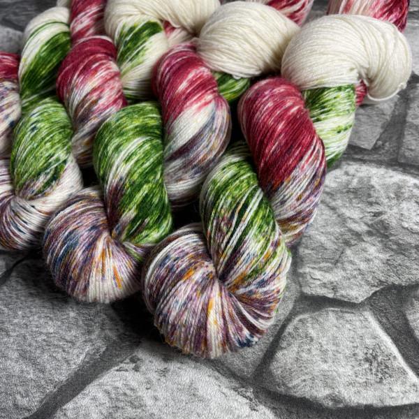 Ein Strang handgefärbte Wolle mit dem Namen Apple Tree  –  Classic von Wolldackel