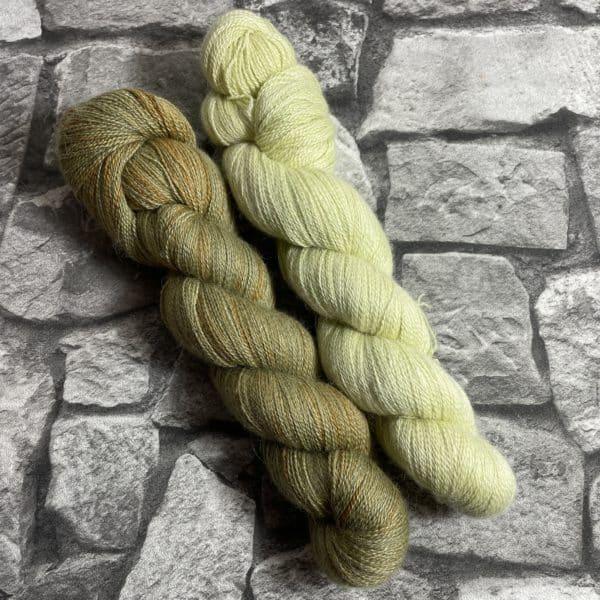 Ein Strang handgefärbte Wolle mit dem Namen Set One  –  Luxury Lace von Wolldackel