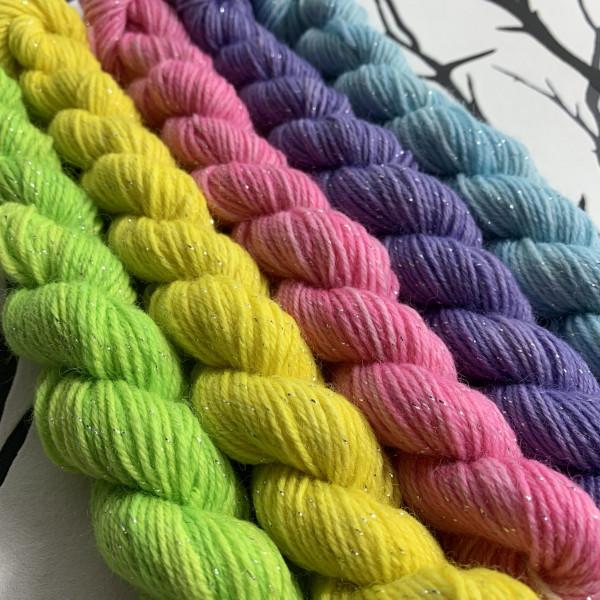 Ein Strang handgefärbte Wolle mit dem Namen Sant Sparkle  –  Minipack  –  Glamour von Wolldackel