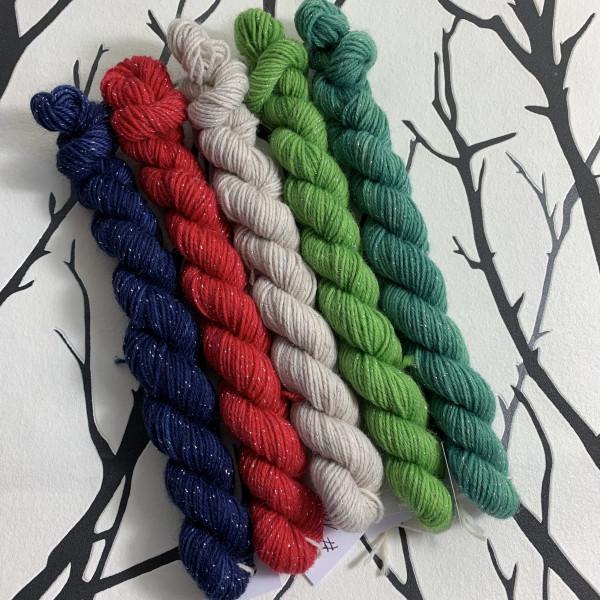Ein Strang handgefärbte Wolle mit dem Namen Time for Christmas  –  Minipack  –  Glamour von Wolldackel