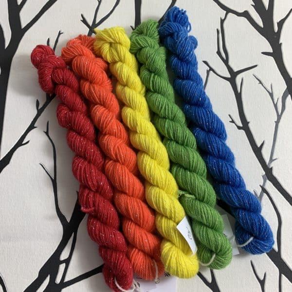 Ein Strang handgefärbte Wolle mit dem Namen Twinkle Twinkle  –  Minipack  –  Glamour von Wolldackel