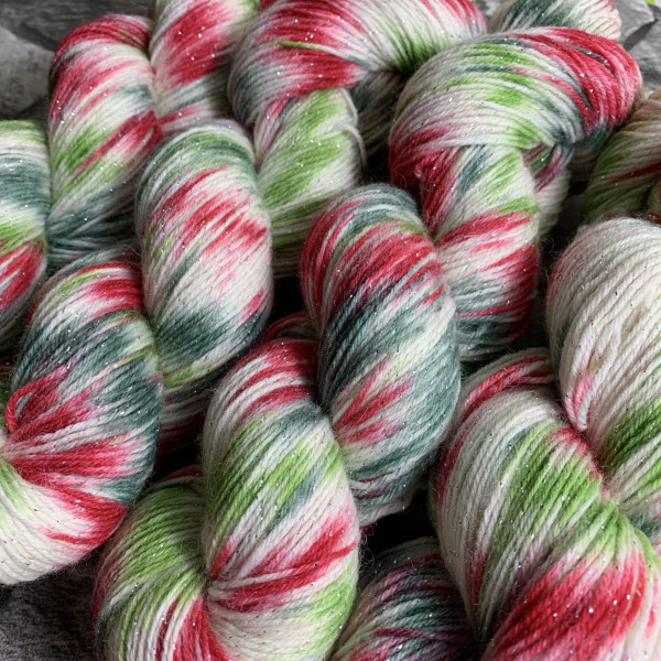 Ein Strang handgefärbte Wolle mit dem Namen Schneeweißchen & Rosenrot  –  Glamour von Wolldackel