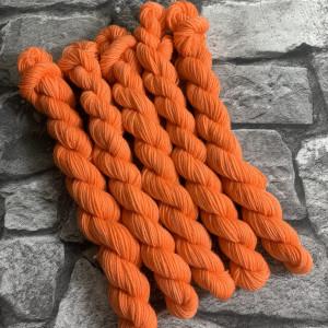 Ein Strang handgefärbte Wolle mit dem Namen Candice  –  Classic  –  Mini von Wolldackel