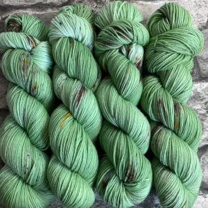 Ein Strang handgefärbte Wolle mit dem Namen Peppermint  –  Xtrafine von Wolldackel
