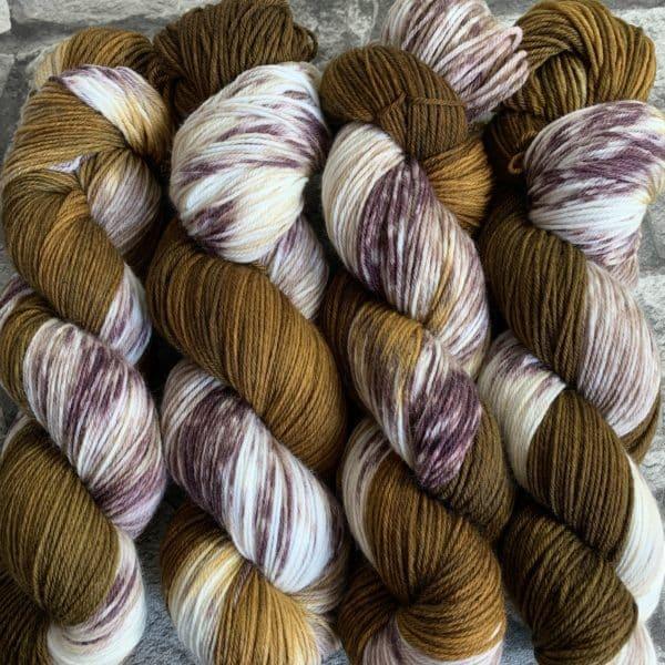 Ein Strang handgefärbte Wolle mit dem Namen Kastanie  –  Xtrafine von Wolldackel