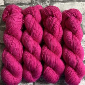Ein Strang handgefärbte Wolle mit dem Namen Rahel  –  Classic von Wolldackel