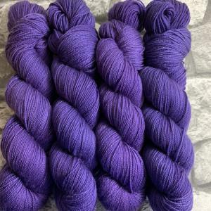 Ein Strang handgefärbte Wolle mit dem Namen Pixi  –  Pure von Wolldackel