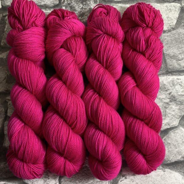 Ein Strang handgefärbte Wolle mit dem Namen Rahel  –  Pure von Wolldackel