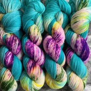 Ein Strang handgefärbte Wolle mit dem Namen Rhythm is a dancer  –  Xtrafine von Wolldackel