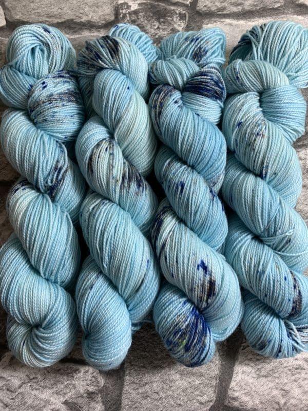 Ein Strang handgefärbte Wolle mit dem Namen Prinz Harry  –  Pure von Wolldackel