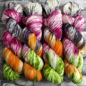 Ein Strang handgefärbte Wolle mit dem Namen Fliegender Teppich  –  Classic von Wolldackel