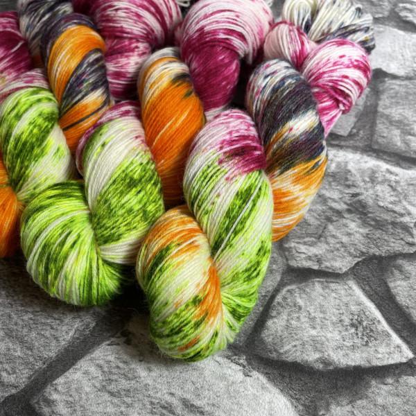 Ein Strang handgefärbte Wolle mit dem Namen Fliegender Teppich von Wolldackel