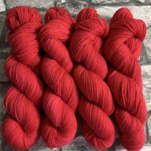 Ein Strang handgefärbte Wolle mit dem Namen Fran  –  Classic von Wolldackel