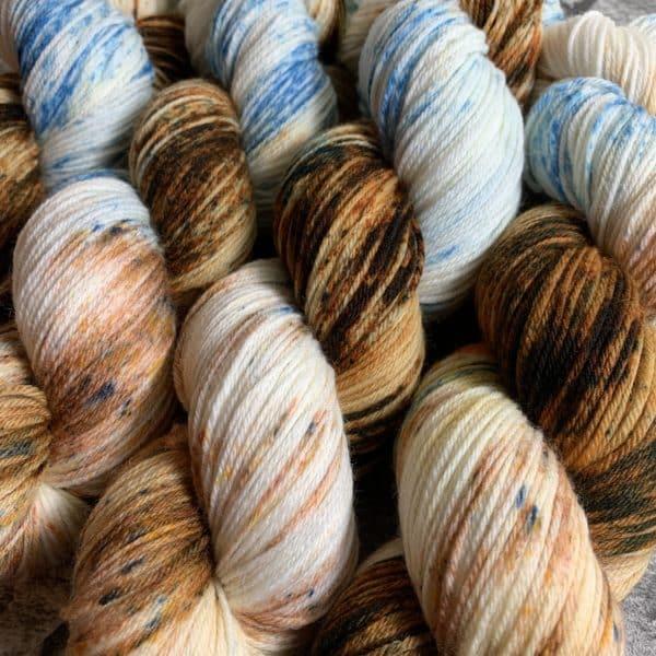Ein Strang handgefärbte Wolle mit dem Namen Gentleness  –  Xtrafine von Wolldackel