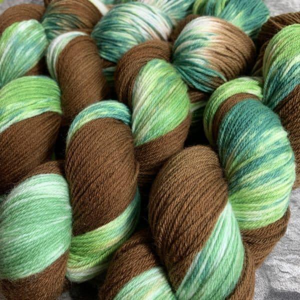 Ein Strang handgefärbte Wolle mit dem Namen Forest  –  Xtrafine von Wolldackel