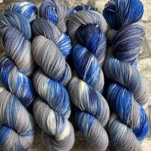 Ein Strang handgefärbte Wolle mit dem Namen Bluestone  –  Xtrafine von Wolldackel
