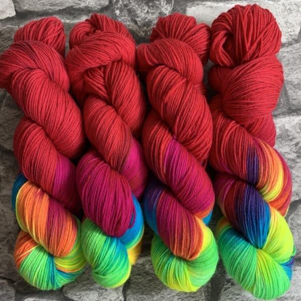 Ein Strang handgefärbte Wolle mit dem Namen Aniwaniwa Rojo  –  Xtrafine von Wolldackel