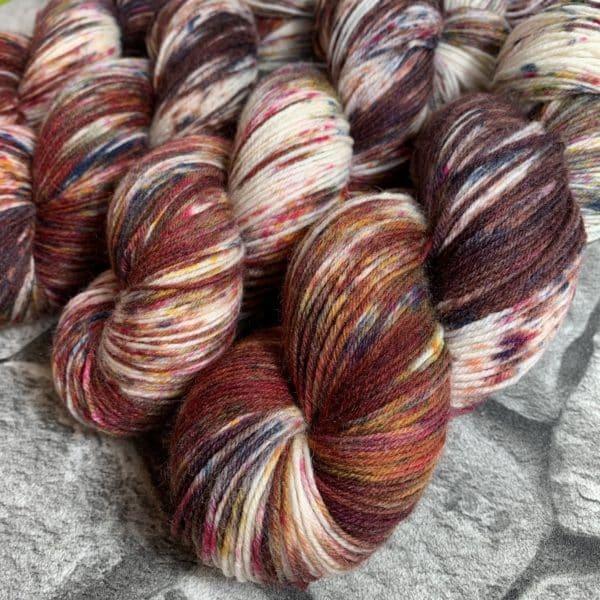 Ein Strang handgefärbte Wolle mit dem Namen In to the Wood-  Classic von Wolldackel