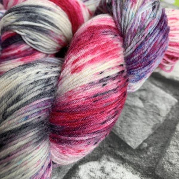 Ein Strang handgefärbte Wolle mit dem Namen Ladylike –  Classic von Wolldackel