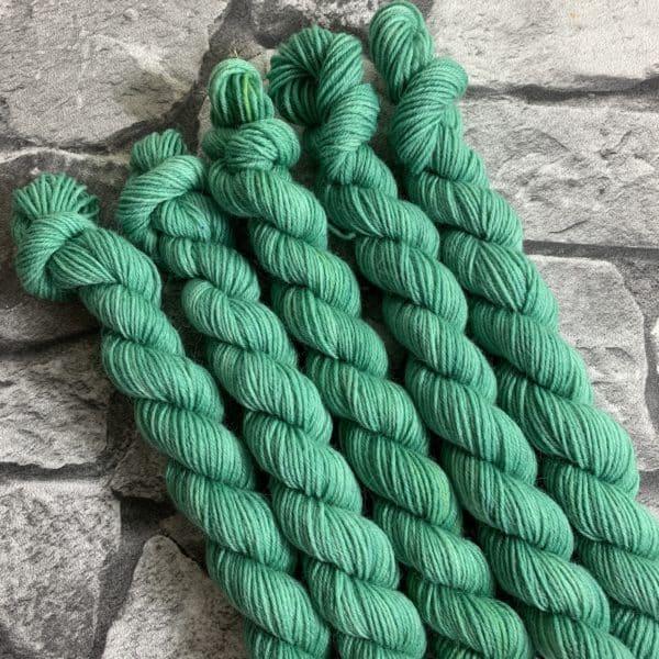 Ein Strang handgefärbte Wolle mit dem Namen Sam von Wolldackel